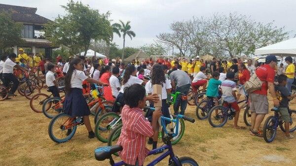 Los 80 niños beneficiados estaban como locos con la nueva cleta. Foto: Rebeca Álvarez