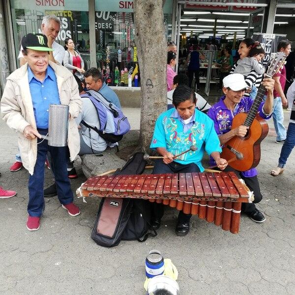 El país celebra desde el 2017 el Día nacional de la marimba el 30 de noviembre, por eso este 2019 el bulevar de la avenida Central de San José, se cargó de marimberos y buen sabor. Foto Eduardo Vega Arguijo.