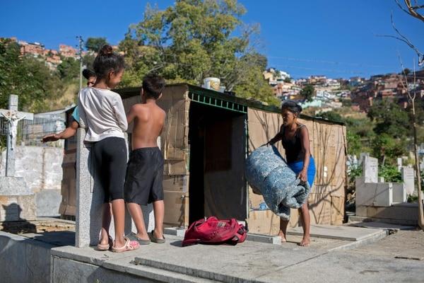 Las condiciones en las que viven los niños son muy difíciles. AFP