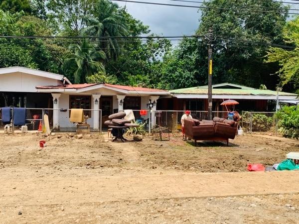 Las familias afectadas tuvieron que sacar los muebles para que se secaran. Foto: Alfonso Quesada.
