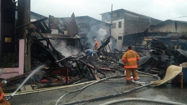 Los bomberos investigan qué causó el infierno. Foto: Alfonso Quesada