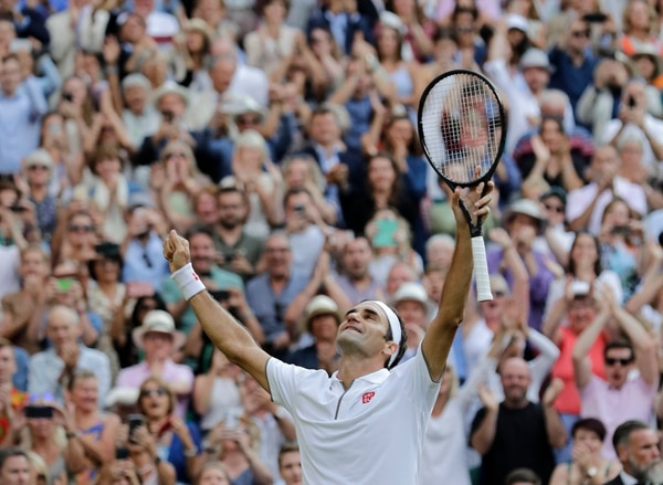 Federer elevó los brazos al cielo después de su pulseada victoria ante su principa rival, Rafael Nadal. AFP.