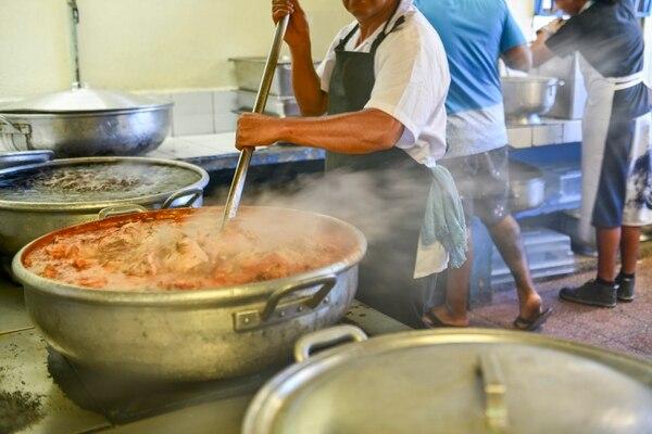 Los muchachos tienen asignadas distintas labores, algunos ayudan en la cocina. Foto: Jorge Castillo.