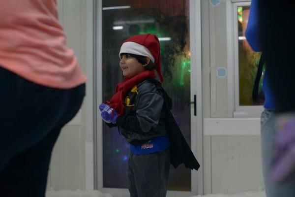 Hasta Batman no se quiso perder la fiesta de nieve y frío, acá lo representó muy bien Julián Fernández. Foto: José Díaz