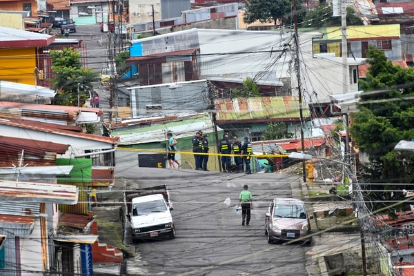 Los oficiales tomaron todas las entrada al Bajo de La Puñalada. Foto de Jorge Castillo