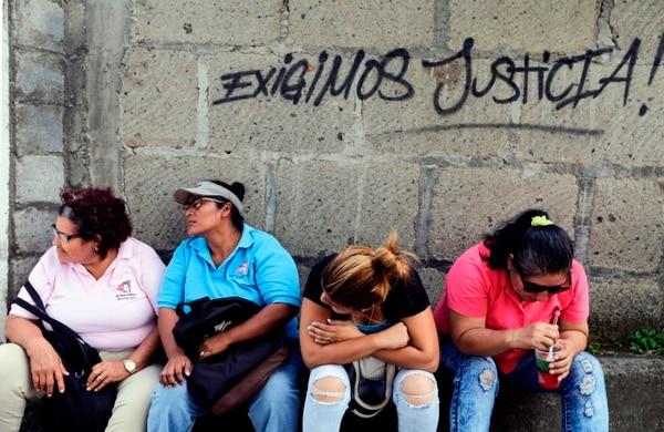 Los familiares de los detenidos hacen fila para poder comunicarse con ellos. Foto: AFP.