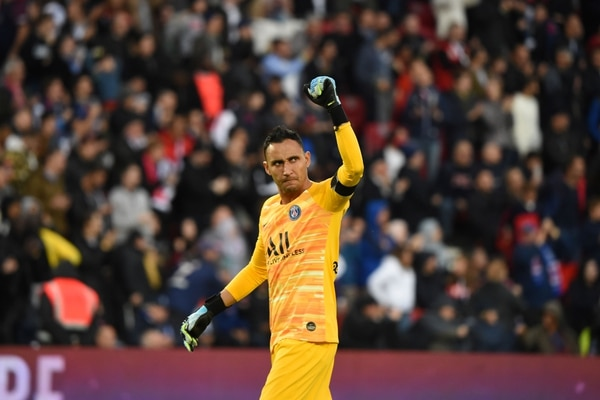 Paris Saint-Germain's Costa Rican goalkeeper Keylor Navas celebrates after his team scores a third goal during the French L1 football match between Paris Saint-Germain and Angers SCO at the Parc des Princes stadium in Paris on October 5, 2019. (Photo by Lucas BARIOULET / AFP)