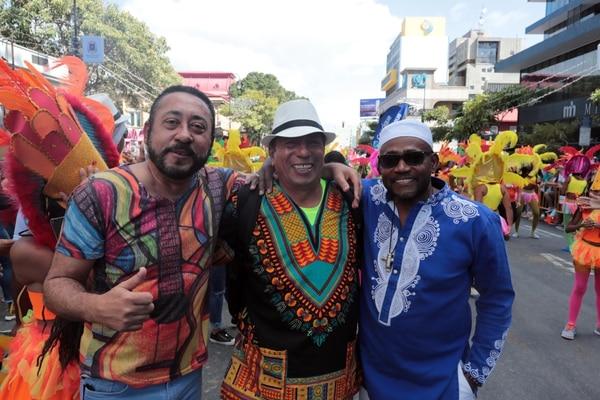 En los Carnavales de San José del 2018, Puerto se tomó una foto en plena avenida Segunda de San José con Isidor Ash (izquierda) y Tipi Rogers de Marfil, grupo que fue el dedicado del evento. Foto Alonso Tenorio.
