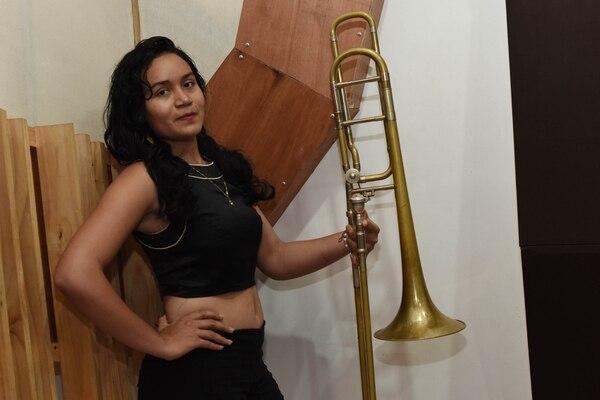 Génesis Lucía Corea toca el trombón. Foto: Carlos González