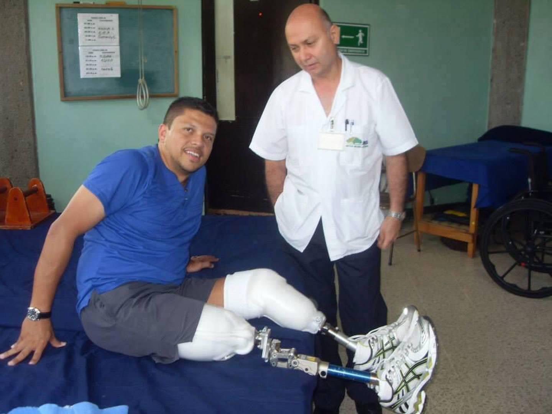 Alexander Fernández Vargas, sufrió un accidente de tránsito el 10 de diciembre del 2011 en Dominicalito por el que perdió sus dos piernas. Actualmente camina con prótesis, maneja carro y hasta es seleccionado nacional de voleibol sentado