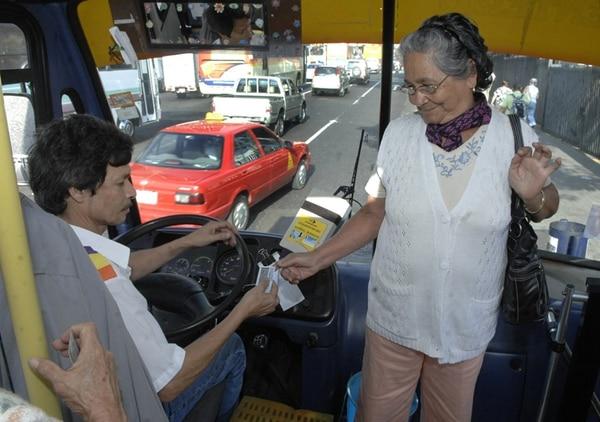 Las tarifas de buses de La Sabana-Cementerio amanecieron más caros este viernes. Foto Mario Rojas / Archivo