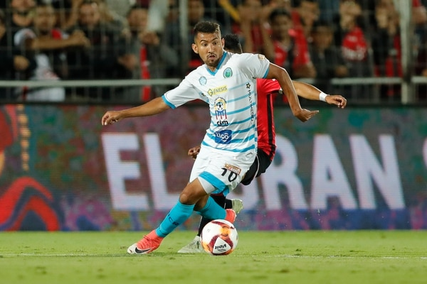 Gustavo Diaz de la UCR, anotó el segundo gol de la UCR, este sábado frente a Grecia. Aquí en un duelo contra Alajuelense. José Cordero