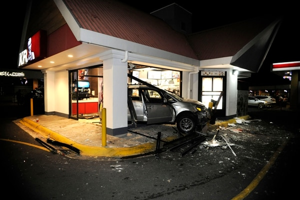 Seis personas que estaban comiendo en el lugar resultaron heridas. Foto: Rafael Murillo.