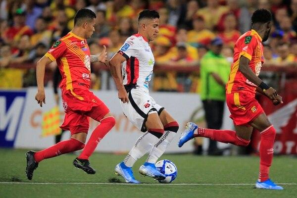 Gerson Torres (izquierda) no solo en ofensiva aportó para el Team, también lo hizo en defensa. Foto: Rafael Pacheco