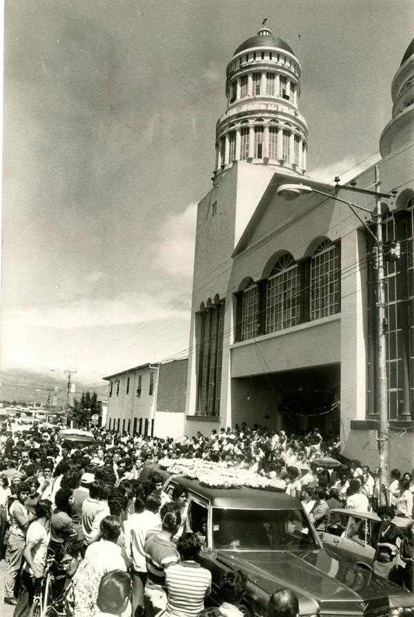 Cientos de personas se acercaron a la iglesia de barrio México para darles el último adiós.
