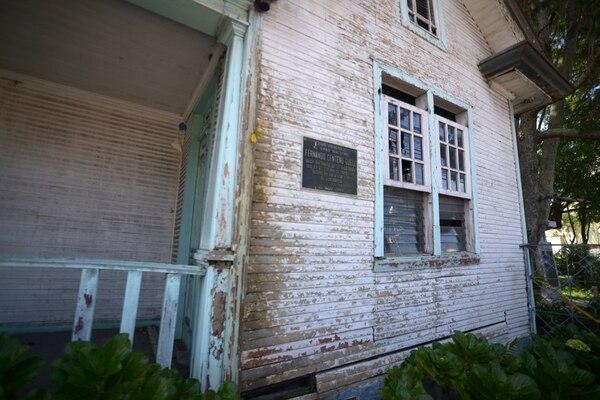 La fachada de la casona está despintada, su madera está dañada. Al día de hoy, el acceso está restringido para evitar accidentes. José Díaz / Agencia Ojo por Ojo.