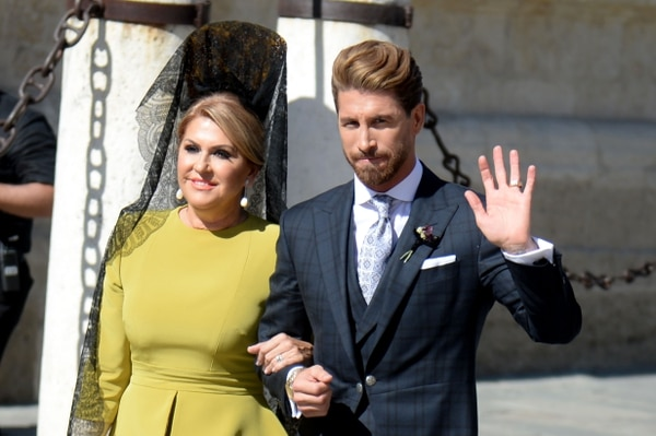 Sergio Ramos llegó a su boda junto a su madre Paqui Gracia. AFP