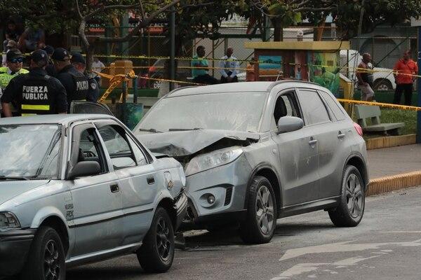 El carro de las víctimas se estrelló contra otro que estaba estacionado. Alonso Tenorio