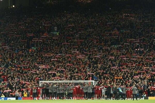 La presencia de tres mil aficionados del Atlético de Madrid en Liverpool, llevó mucho contagio a suelo español del COVID-19. AFP