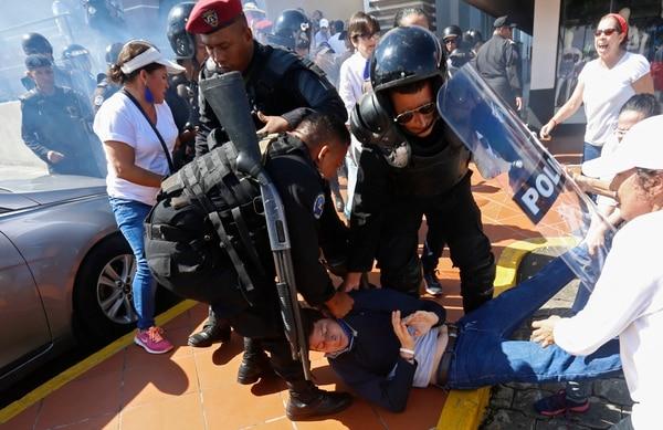 La cancillería está consultando el estado de salud del piloto tico arrestado. Foto: AP/Alfredo Zuniga.