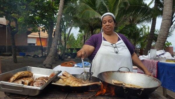 Doña Ada dice que disfruta recibir visitas y prepararles pescado frito en su cocina de leña. Foto: Roger Gutiérrez