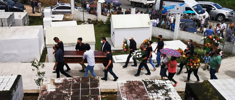 Funeral de funcionarios del hospital de San Vito fallecidas en vuelvo de ambulancia. Foto cortesía San Vito Televisión.