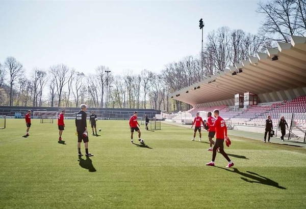En el Colonia del fútbol se apretarán las medidas sanitarias por tres nuevos casos de COVID-19-. AFP