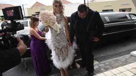 Melissa Mora usó lujosa limusina para un recorrido de 50 metros en su boda