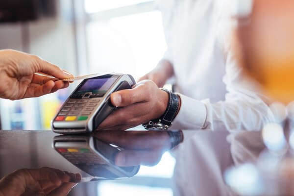 La tecnología sin contacto permite el pago más rápido y seguro. Foto: Shurtterstock