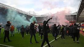 Aficionados del Manchester United hicieron loco en su estadio