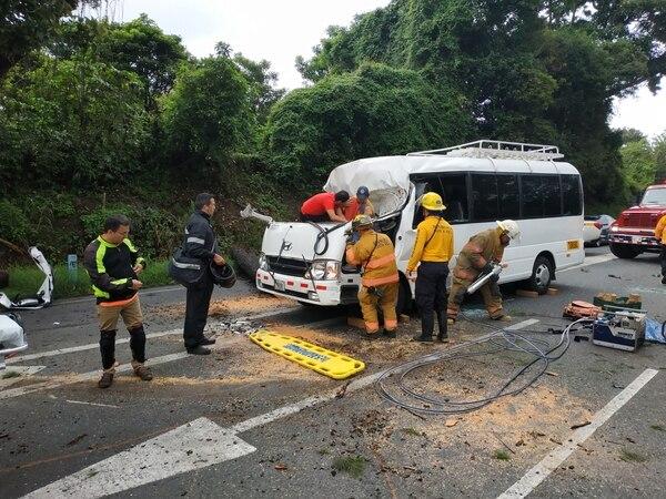 Los bomberos usaron sierras y equipo hidráulico para liberar a Alfaro. Foto suministrada por Keyna Calderón.