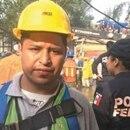 Julio Ocaña ha permanecido trabajando con los rescatistas. Él espera encontrar con vida a su esposa.