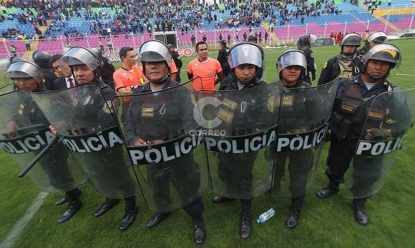 Los oficiales tuvieron que ponerle bonito para evitar que las agresiones pasaran a más. (Vía: /diariocorreo.pe)