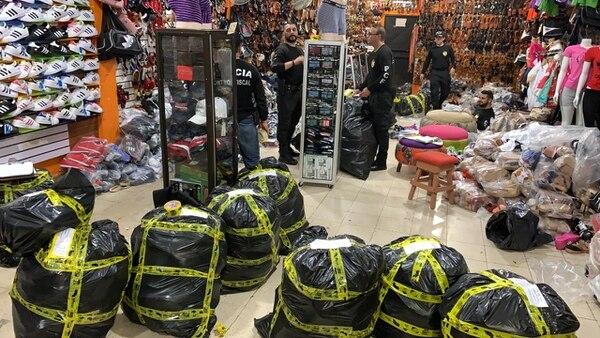 Los oficiales allanaron las tres tiendas pese que trataron de cerrarlas cuando ellos llegaron. Foto: PCF