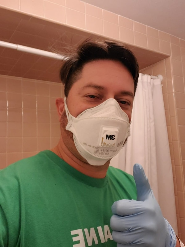 Como Hugo debe compartir el baño con su familia, se encarga de desinfectarlo bien para no enfermarlos. Foto: Cortesía