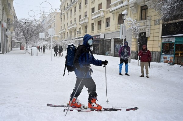 En Madrid guardaron las bicicletas, carros y motos y sacaron los esquís. (Photo by Gabriel BOUYS / AFP)
