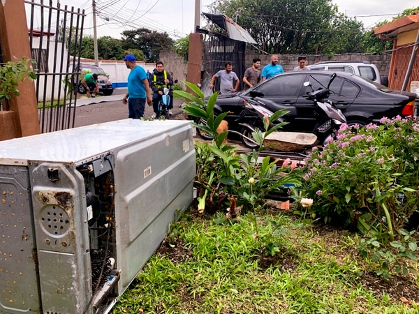 Varios vecinos llegaron a ver los daños en las viviendas. Foto: José Cordero.