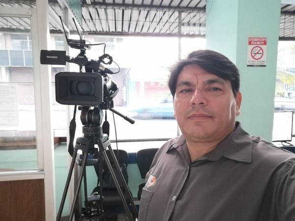 Sandí trabaja como narrador de partidos de fútbol y de otros deportes durante los fines de semana. Foto Mario Cordero.