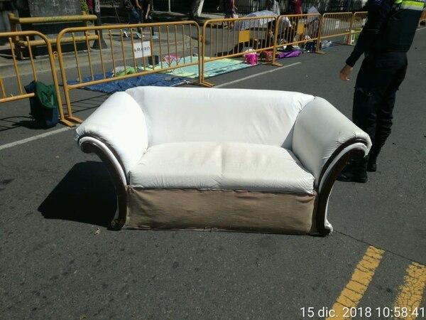 En lugar de sillones puede llevar sillas de plástico o bancos.