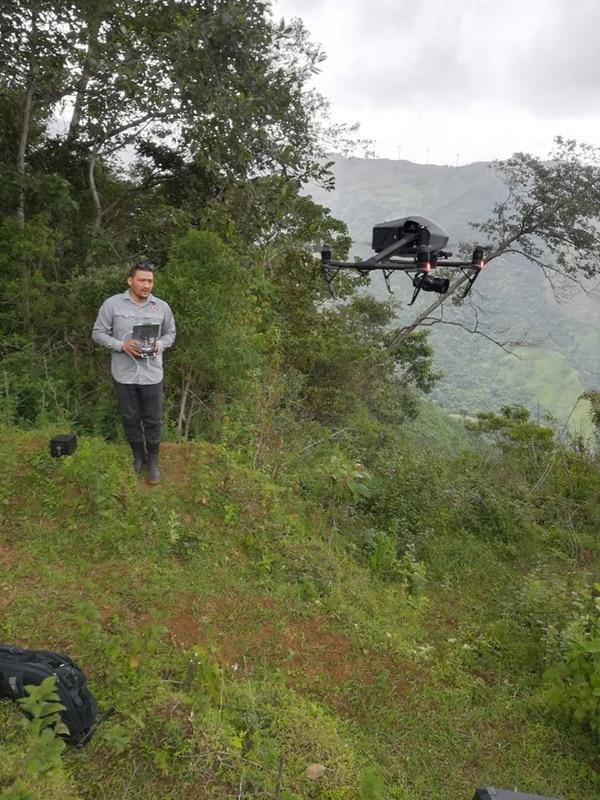 Blas Sánchez es geólogo de la Comisión Nacional de Emergencias y en la foto se ve usando una de esas aeronaves en un deslizamiento en Tapezco, en el bloque Pittier en Santa Ana. Tomada del Facebook oficial de la Comisión Nacional de Emergencias.