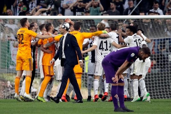 Los integrantes de la Juve, celebrando la corona 35 en su estadio, este sábado frente a la Fiorentina. AP