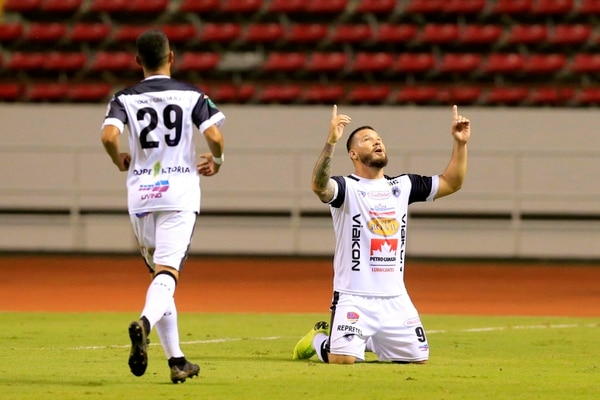 Alejandro Castro y sus compañeros podrían no poder jugar este domingo ante Saprissa. Rafael Pacheco