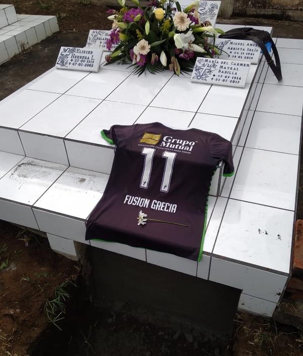 Las compañeras de equipo acompañaron el cuerpo de la futbolista hasta el cementerio. Foto: Cortesía para La Teja.