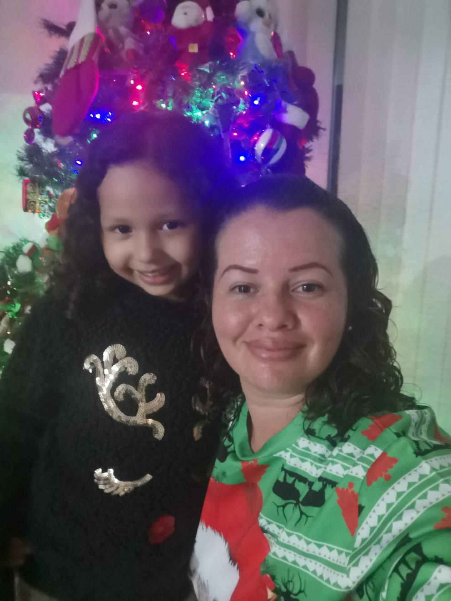 """Laura Barrientos, quien tiene 37 años, 3 hijos y es de Lagunilla de Heredia. """"Yo comencé a adornar antitos del 15 de setiembre y lo hice porque si bien siempre en casa hemos amado la navidad. Laura Barrientos, quien tiene 37 años, 3 hijos y es de Lagunilla de Heredia. """"Yo comencé a adornar antitos del 15 de setiembre y lo hice porque si bien siempre en casa hemos amado la navidad. En la foto con su hija Luciana de 6 años."""