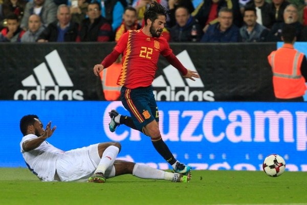 Spain's Isco, center, and Costa Rica's Kendall Waston vie for the ball during the international friendly soccer match between Spain and Costa Rica in Malaga, Spain, Saturday, Nov. 11, 2017. (AP Photo/Miguel Morenatti)