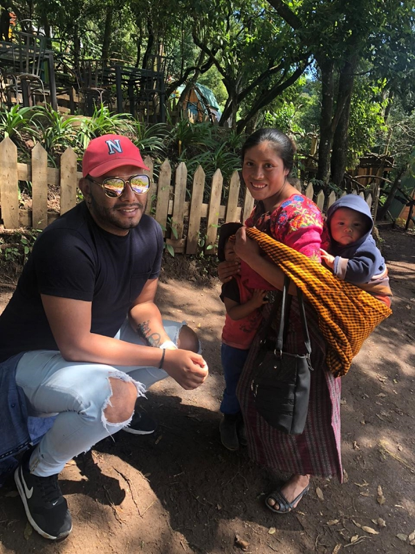 Manfreth e tomó fotos con los indígenas que se topó en Guatemala. Cortesía.