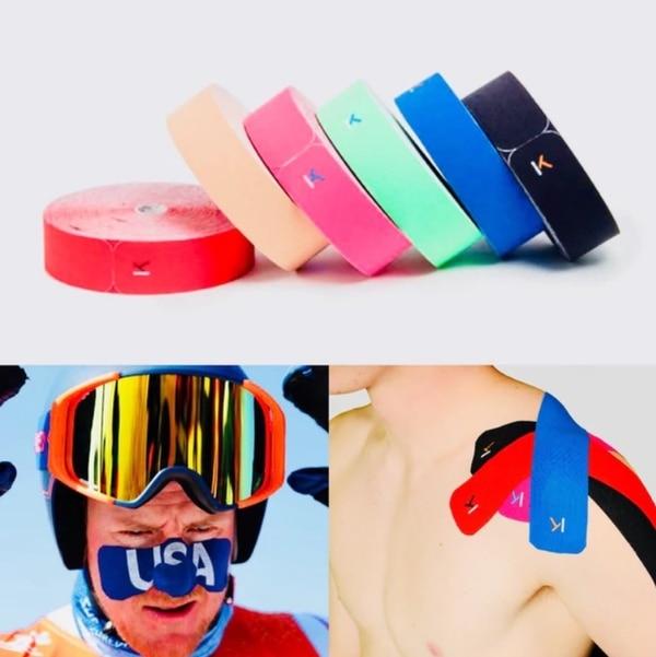 Ahora la cinta no solo calma los dolores musculares, también sirve para cubrirse el rostro del frío. Foto: Infobae