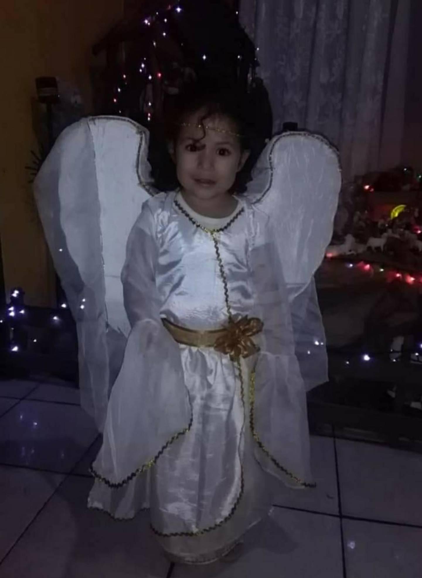 Ana González, quien tiene 63 años y vive en San Antonio de Desamparados, que ella tenía las banderas y escudos de Costa Rica adornando la parte de afuera de la casa, pero por dentro ya todo era navideño.  En la foto Celeste de 5 añitos vestida de angelita