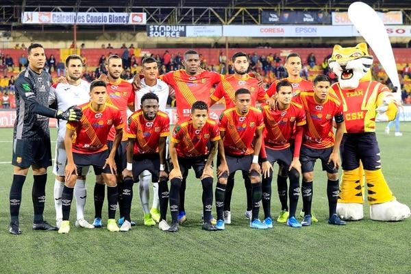 Jugadores brumosos posan con el Team en el Rosabal Cordero