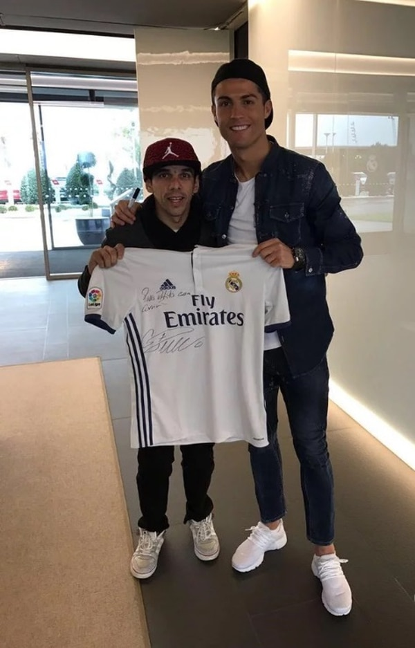 Jonatan salió con foto, chema de portugués e invitación a ver un juego al palco de Cristiano. Foto: Diario Olé